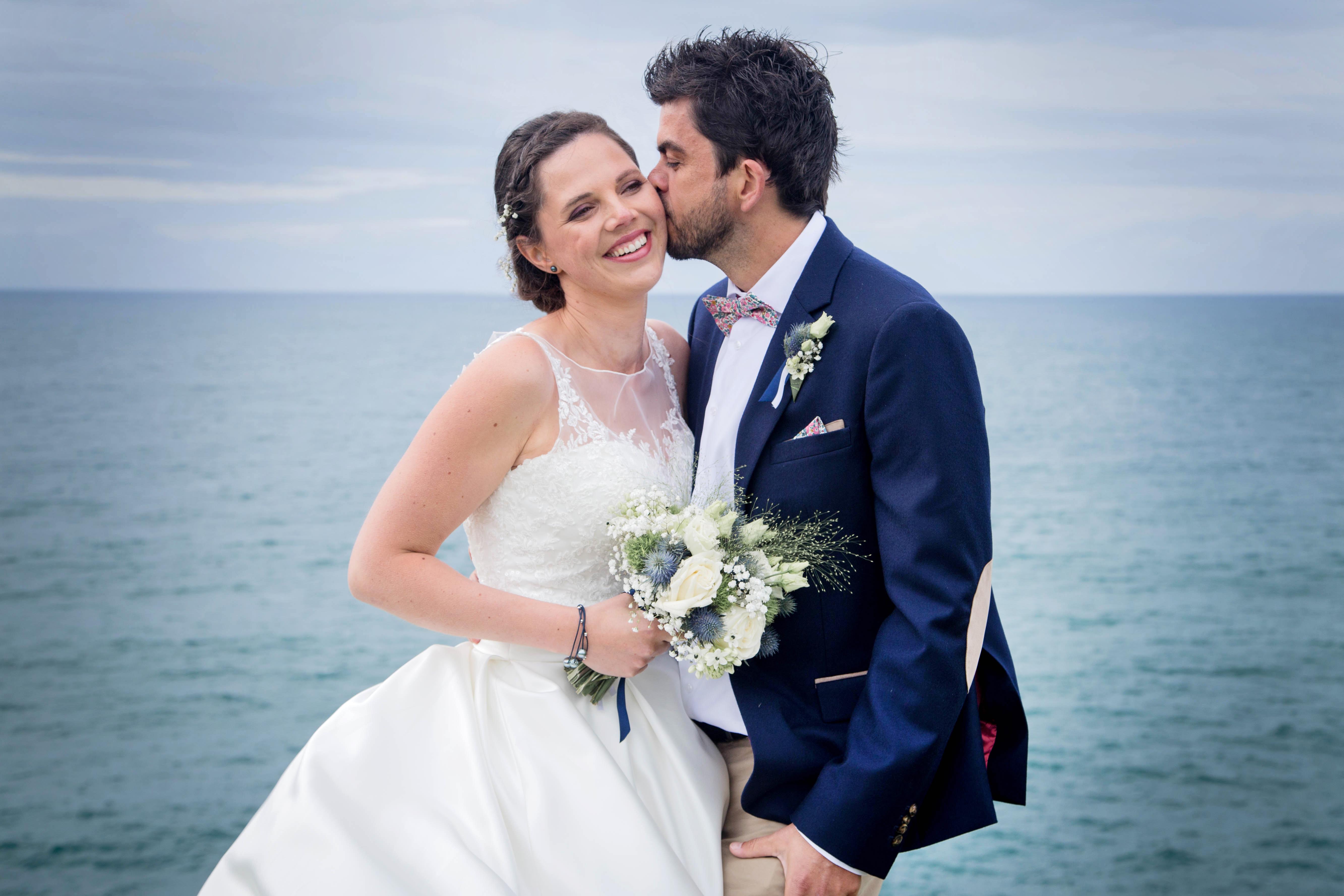 Portrait de mariés en bord de mer à brest