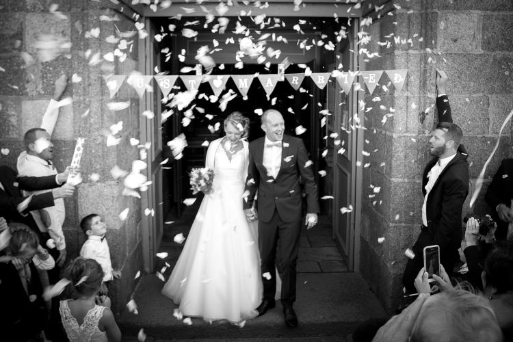 Sortie d'église pour un couple de jeune mariés à Brest