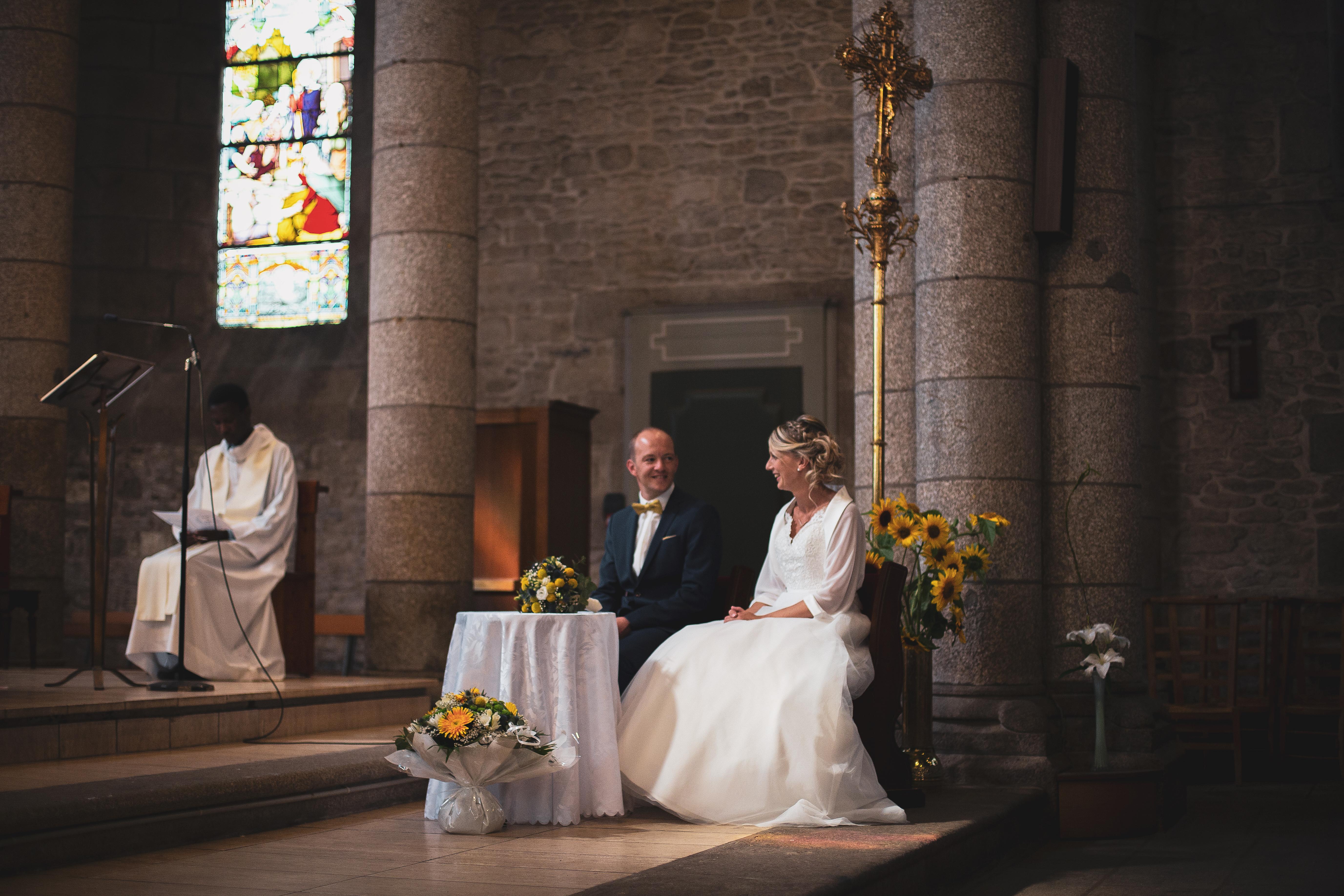 Jeunes mariés se regardant lors de leur cérémonie religieuse à Brest
