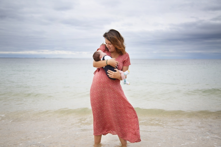 Séance photo nouveau né sur la plage à Belle-ile-en-mer