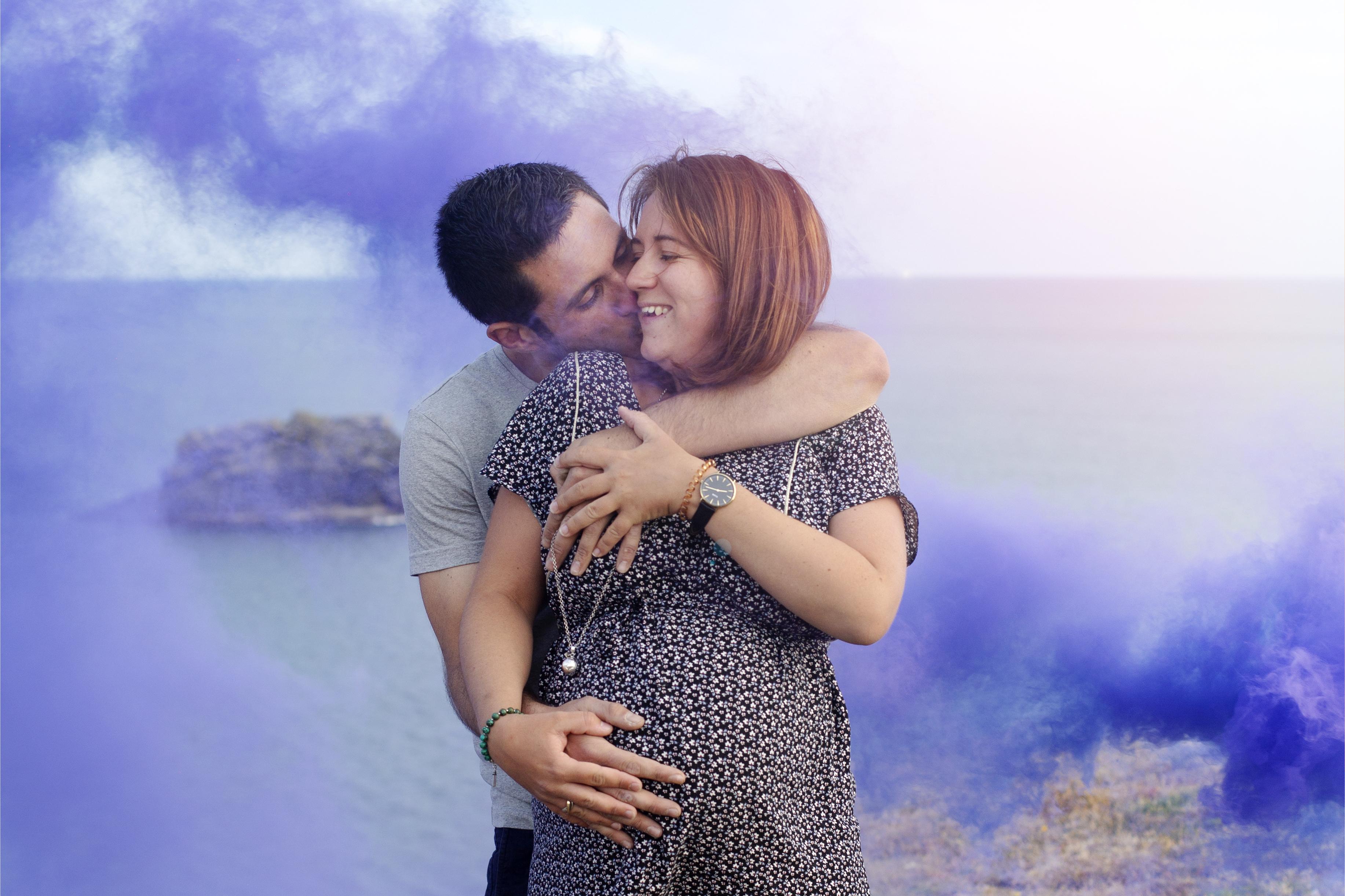 Séance photo grossesse en couple avec fumigènes de couleur à Belle-ile-en-mer